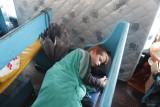 Marijn slaapt/rust op de boot naar Boipeba
