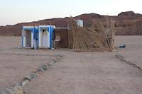 Het toilet in het bedoeïenendorpje