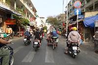 Straatbeeld in Ho Chi Minh City: heel veel brommertjes