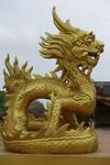 """""""Gouden"""" drakenbeeld bij de Citadel van Hue"""