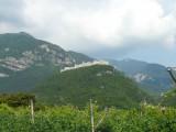 Het uitzicht bij onze B&B, een ommuurd, giga kasteel met dorp