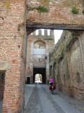 Frederieke door de stadspoort van Montagnana