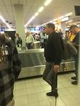 Wachten op de bagage op Schiphol