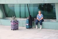 In schaduw theater wachten op bus naar cruise schip