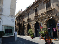 Straatje in Acireale, voorstad van Catania.