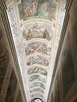 het plafond in de kerk met de heilige trappen