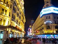 de Nandjing wandelpromenade met veel neonverlichting op de hoge gebouwen.