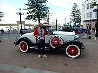Wijnie poseert voor een antieke jaren 30 auto