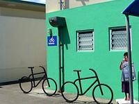 Art-Deco fiets bij een kleurig restaurant