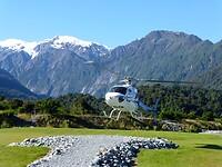 de helicopter stijgt op met de Mount Cook op de achtergrond