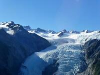hier vliegen we over de Frans Josef Gletsjer