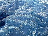 veel gletsjer ijs met diepe spleten