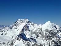 we vliegen hier op 4000 meter hoogte langs mooie bergtoppen