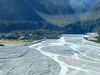 fantastisch uitzicht over de gletjer met het smeltwater, dat het dal instroomt