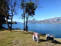 overnachtingsplaats aan het meer met een steile rotsige afdaling naar het water
