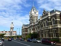 Public Art Galery en het Dunedin Railway Station in de verte