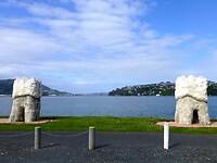 2 enorme kiezen markeren de baai van Otago Harbour