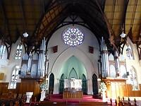 binnen zien we 2 orgels en mooie glas-in-lood ramen