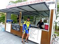 bij een viskraam bestel ik Greenlip-mosselen, Coquilles St Jacques en een omelet van ei met kreeft