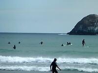 surfers liggen te wachten op een mooie golf
