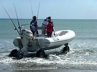 een zelf-rijdende vissersboot gaat het water in