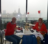 tijdens de tussenstop in Shanghai nog een high tea aan de Bund Boulevard