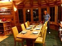 Cees van Z. dekt de tafel met het mooiste bestek