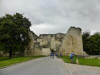 we fietsen hier de burcht van Coucy-le-Chateau binnen