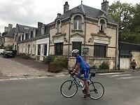 Paul stapt weer op na de cola stop in Longpont bij de abdij