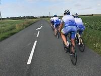 fietsen in een treintje tegen de wind