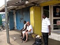 "Adriaan wacht met chauffeur Sapong op de ""theater chairs"""