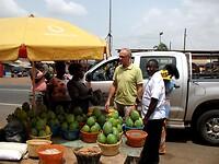 Gert wil fruit kopen bij stalletjes langs de weg