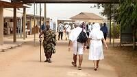 wandelend publiek en personeel op het ziekenhuisterrein