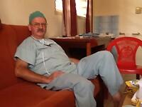 Adriaan rust even uit tussen 2 operaties