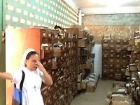 zuster Rowena laat mij met schaamte het medisch archief zien