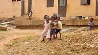 ook hier vrolijke kinderen spelen zonder speelgoed