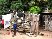 op weg naar een client passeren we een gemeenschappelijk toilet
