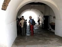 in kerkers onder het fort verbleven de slaven