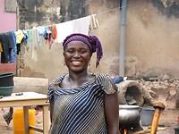 mooie Ghanese huisvrouw in een sloppenwijk