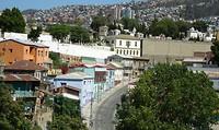 Valparaiso,  gezicht op de stad en ons appartement,  het violet kleurige gebouw