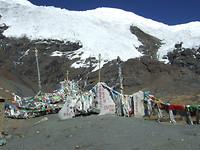 gebedsvlaggetjes op bergpas