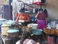 Chichicastenango,  het eten wordt terplekke klaargemaakt