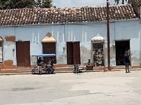 Voor het busstation,  fietstaxi en kruier