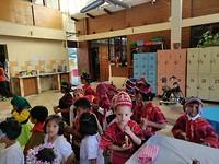 Kinderen in traditionele kleding staan klaar voor hun dans