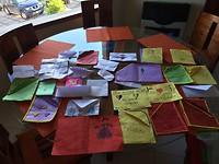 Uitgebreide afscheidsgroeten van de kinderen van Atiy: liedjes, knuffels, briefjes en mooie tekeningen.