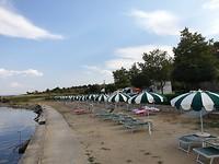 Ook hier op de camping gratis parasols en bedjes