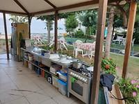 De buitenkeuken van de camping we werden direct uitgenodigd om Albanees te eten