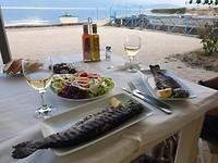 Wat een heerlijke forellen zo van de grill op je bord. Geweldige camping Ohrid meer