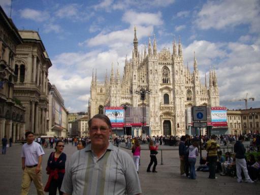 Wilfried voor de dom van Milaan