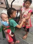 Dit kleine meisje liep met haar broertje op de avondmarkt